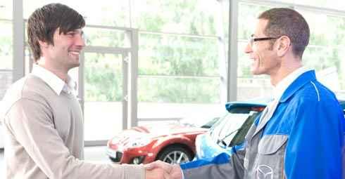 Kundendienstmeister Peter Klügel legt bei der Direktannahme mit Ihnen zusammen den voraussichtlichen Umfang der an Ihrem Fahrzeug notwendigen Maßnahmen in einer schriftlichen Kostenschätzung mit Festpreisgarantie fest. Er erläutert Ihnen, wann, ob überhaupt und warum diese Maßnahmen notwendig sind